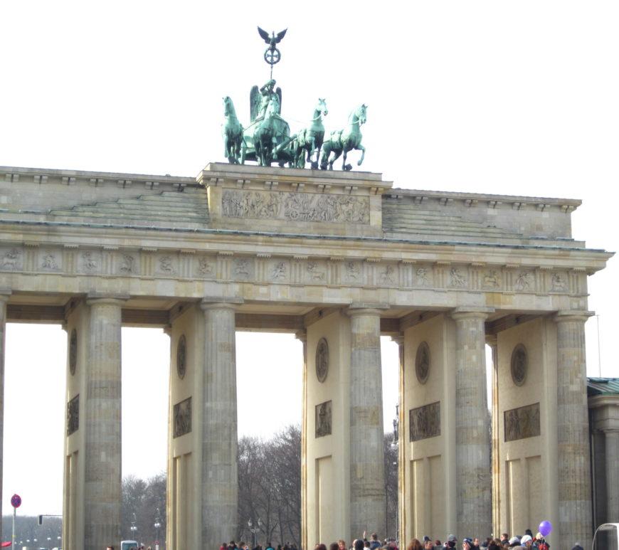 jean above the clouds berlin brandenburger tor deutschland hauptstadt
