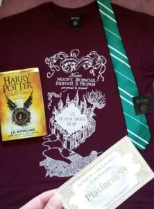 harry potter london gleis platform 9 3/4 king's cross merchandise krawatte fahrkarte t-shirt buch jean above the clouds