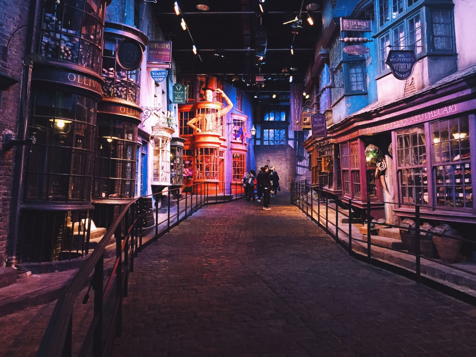 Diagon Alley Winkelgasse Harry Potter Warner Brothers Studio Tour London England Leonie