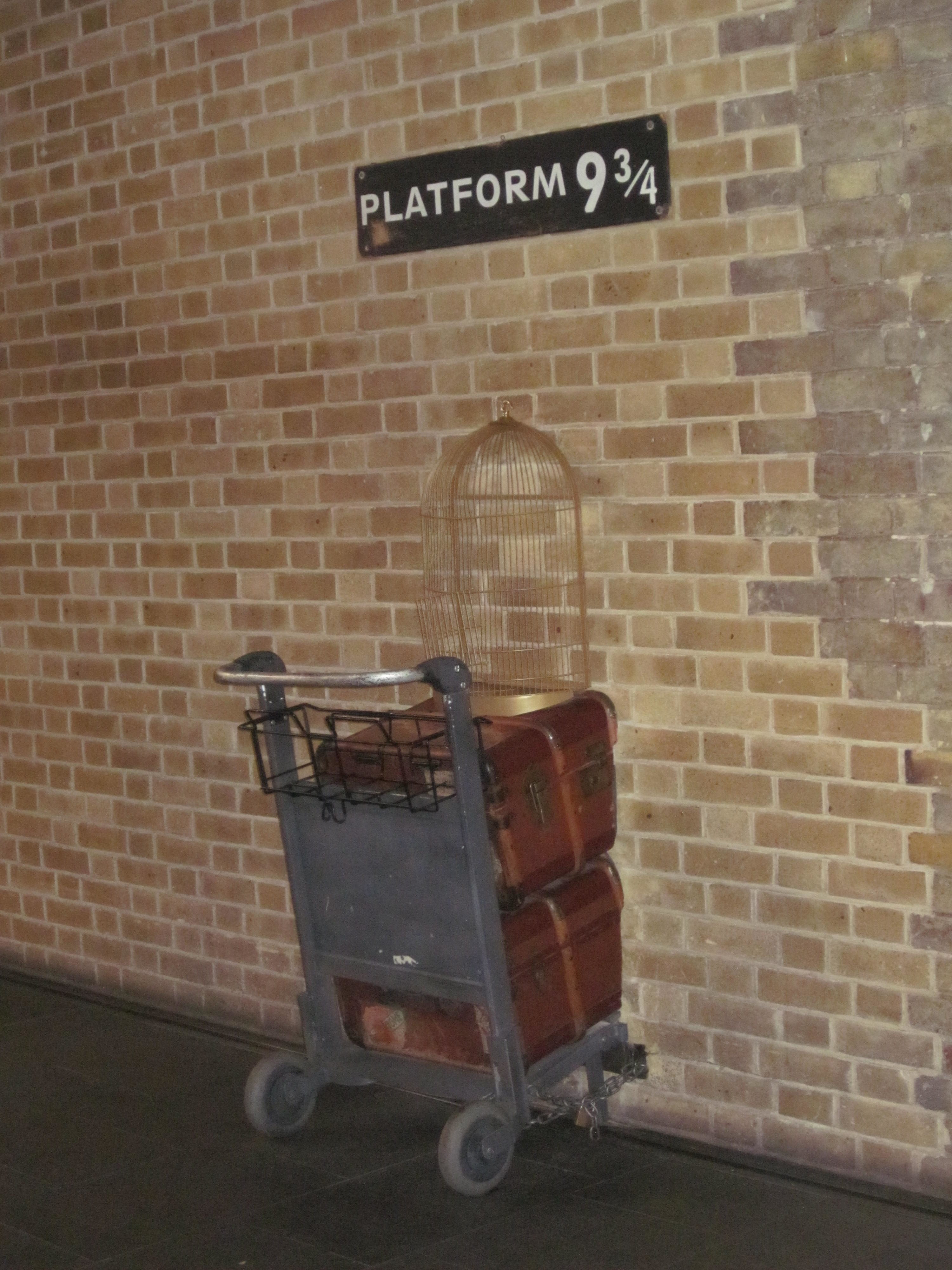 harry potter london platform 9 3/4 king's cross train station hogwarts express gleis zug jean above the clouds