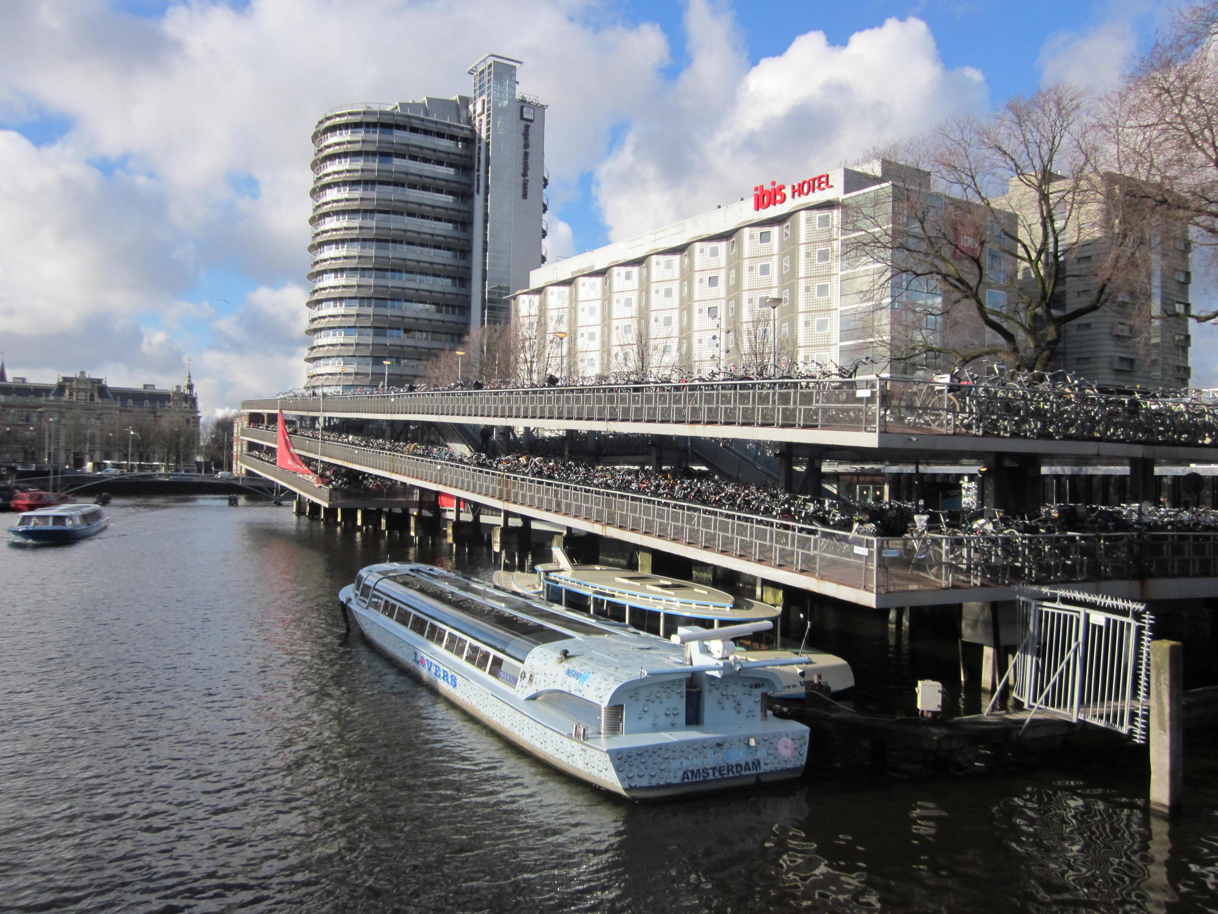 amsterdam niederlande holland hauptstadt fahrrad fahrräder kanal schiff jean above the clouds